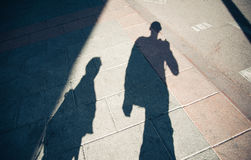 Schaduwen van mensen die straat lopen Royalty-vrije Stock Afbeeldingen