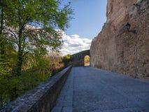 Schaduwgang in Buitrago DE Lozoya tussen de muren van het kasteel en Lozoya rivier stock foto's