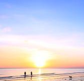 Schaduwmensen bij zonsondergang langs de kust Royalty-vrije Stock Fotografie