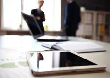 Schaduwrijk beeld van een manager die bedrijfskwesties bespreken stock afbeeldingen
