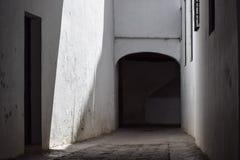 Schaduwrijke en geheimzinnige passage Stock Foto's