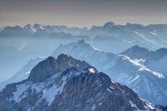 Schaduwrijke en zonnige randen van de bergen van Wetterstein en Karwendel- royalty-vrije stock foto
