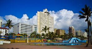 Schaduwrijke palmentribune op Durban beachfront. royalty-vrije stock afbeeldingen