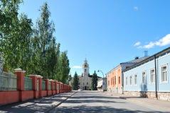 Schaduwrijke straat van de stad van Hamina. Finland stock afbeeldingen