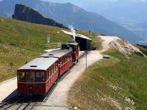 去Schafber, Wolfgangsee的葡萄酒钝齿轮铁路的蒸汽机车 图库摄影