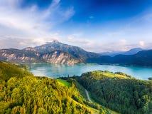 Schafberg och sjö Mondsee i Salzkammergut, Österrike Arkivfoton