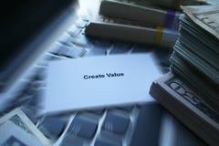 Schaffen Sie den Wert-Zoom, der mit Geld auf Laptop-Tastatur gesprengt wird lizenzfreies stockfoto