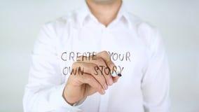 Schaffen Sie Ihre eigene Geschichte, Mann-Schreiben auf Glas stockfoto