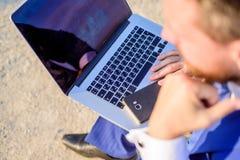 Schaffen Sie nützlichen Beitrag für Ihre Online-Community Arbeiten an neuem Beitrag für Blog Blogon-line-Kommunikation Geschäftsm lizenzfreie stockbilder