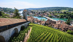 Schaffhausen,瑞士 老镇的全景,俯视莱茵河的Munot堡垒 免版税库存图片