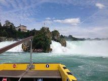 Schaffhausen Schweiz - 13 Juli 2015: turist- fartyg som att närma sig Rhenvattenfallen Arkivbilder