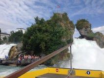 Schaffhausen Schweiz - 13 Juli 2015: turist- fartyg som att närma sig Rhenvattenfallen Royaltyfri Bild