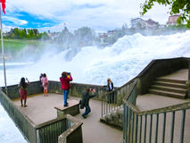 Schaffhausen Schweiz - Maj 01, 2017: Störst vattenfall i Europa vid floden Rhein i Schweiz Royaltyfri Foto