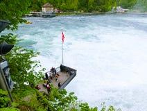 Schaffhausen Schweiz - Maj 01, 2017: Störst vattenfall i Europa vid floden Rhein i Schweiz royaltyfria foton