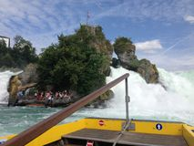 Schaffhausen, Suíça - 13 de julho de 2015: barco de turista que aproxima as cachoeiras do Reno Foto de Stock Royalty Free