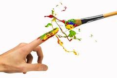 Schaffung zwischen Hand und Malerpinsel Lizenzfreie Stockbilder