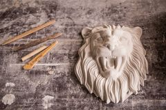 Schaffung der Skulptur vom Gips Löwe ` s Kopf Gipswerkstatt werkzeugausstattung lizenzfreie stockfotografie