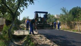 Schaffung einer neuen Straßeasphaltoberfläche stock footage