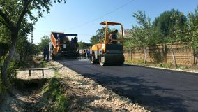 Schaffung einer neuen Straßeasphaltoberfläche stock video