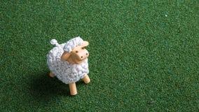 Schafspielzeug im Grasteppich Stockbilder