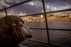 Schafstatue, die Fabrik vom Fluss betrachtet lizenzfreies stockfoto