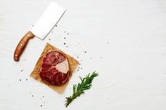 Schaft des rohen Fleisches auf einem Weiß malte Holzoberfläche Stockfoto