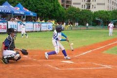 Schagmann schlug den Ball in einem Baseballspiel Lizenzfreie Stockfotografie
