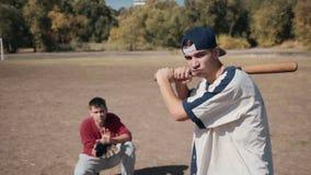 Schagmann vor Fänger während des Baseball-Spiels stock video footage