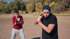 Schagmann vor Fänger während des Baseball-Spiels stock video