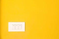 Schakel gele muur in Stock Foto