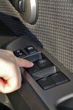 Schakelaar in de auto voor open venster stock afbeelding