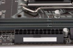 24 schakelaars van de speldmacht op PC-motherboard, sluiten omhoog mening stock afbeelding
