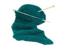 Schal auf strickenden Nadeln Lizenzfreies Stockbild