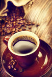 Schale aromatischer Kaffee auf Untertasse über Holztisch Lizenzfreie Stockfotografie