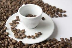 SCHALE BLAUER GEBIRGSkaffee GEBRATENE BOHNEN JAMAIKAS AUF DEM WEISSE TABELLEN-DUNKLEN HINTERGRUND-UND BESCHAFFENHEITS-DRAUFSICHT- Lizenzfreie Stockfotos