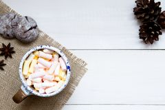 Schale bunte Eibische auf dem Holztisch, Draufsicht lizenzfreie stockfotos