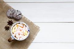 Schale bunte Eibische auf dem Holztisch, Draufsicht stockbild
