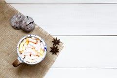 Schale bunte Eibische auf dem Holztisch, Draufsicht stockbilder