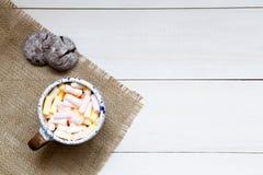 Schale bunte Eibische auf dem Holztisch, Draufsicht lizenzfreies stockfoto