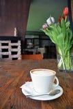 Schale Cappuccino auf dem Holztischhintergrund Lizenzfreie Stockfotografie