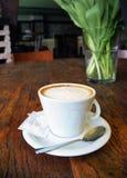 Schale Cappuccino auf dem Holztischhintergrund Stockfoto