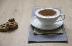 Schale Cappuccino auf einer hölzernen Tabelle Lizenzfreies Stockfoto