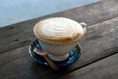 Schale Cappuccino auf Holztisch Stockbilder