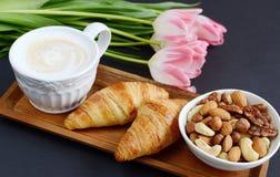 Schale Cappuccino, croissantsand Schüssel von Nüssen Lizenzfreies Stockbild