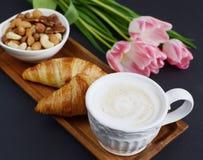 Schale Cappuccino, croissantsand Schüssel von Nüssen Lizenzfreie Stockfotografie