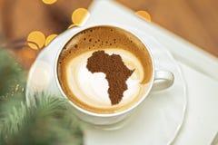 Schale Cappuccino mit einem Bild von Afrika stockbild