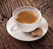 Schale Cappuccino mit gemahlenem Zimt. Stockbilder