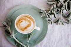 Schale Cappuccino und Blumen stockfotos