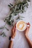 Schale Cappuccino und Blumen stockbilder
