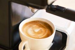Schale Cappuccinokaffee kürzlich gemacht auf Kaffeemaschine mit sahnigem Milchschaum stockfoto